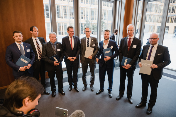 Florian Willershausen (right) signed a memorandum for free trade on behalf of Creon Capital in Berlin.